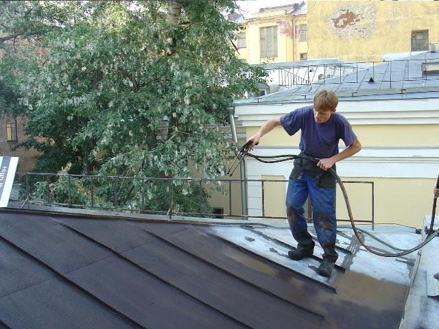 Герметизация крыши альпинистом