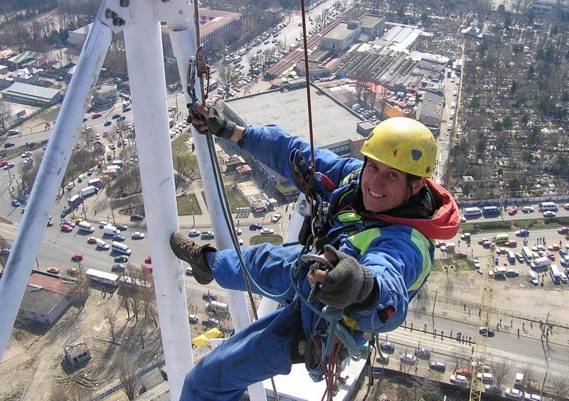 Установка антенны на мачте альпинистом