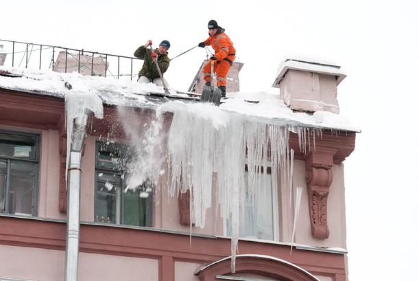 Удаление сосулек с крыш