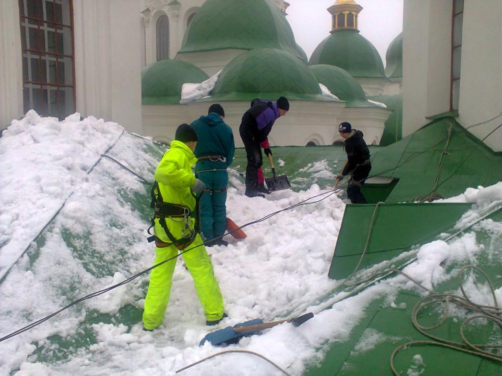 Очистка крыши дома от снега