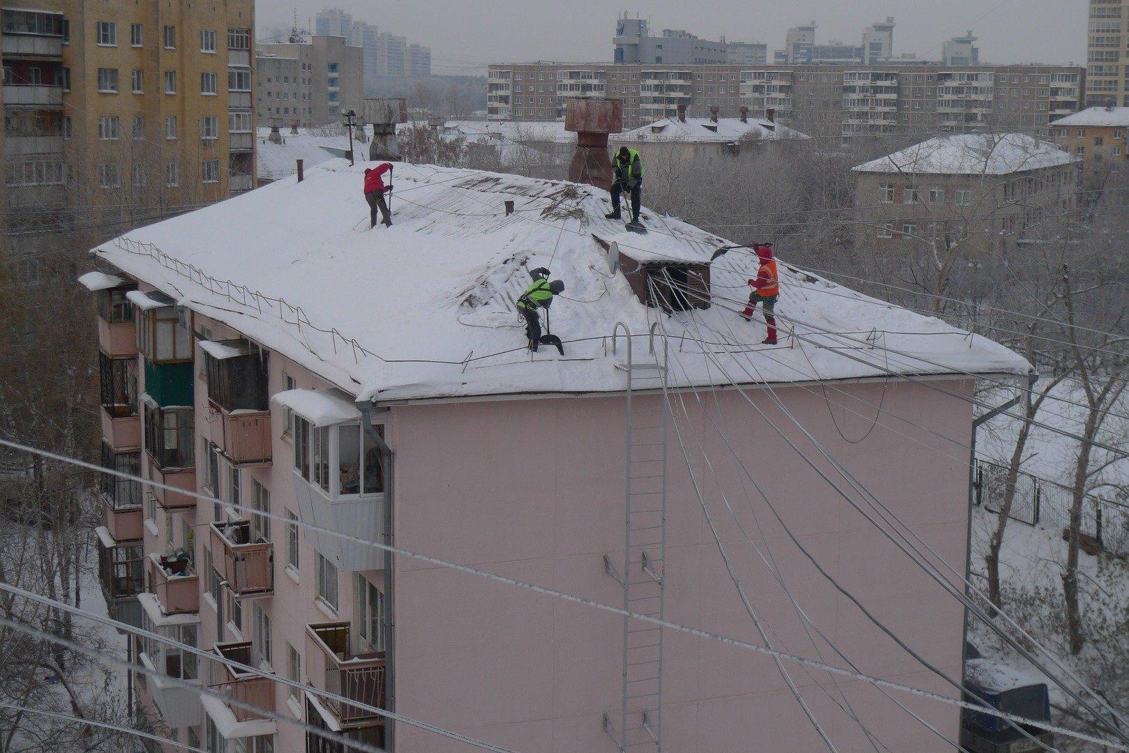 Уборка снега с кровли высотного дома