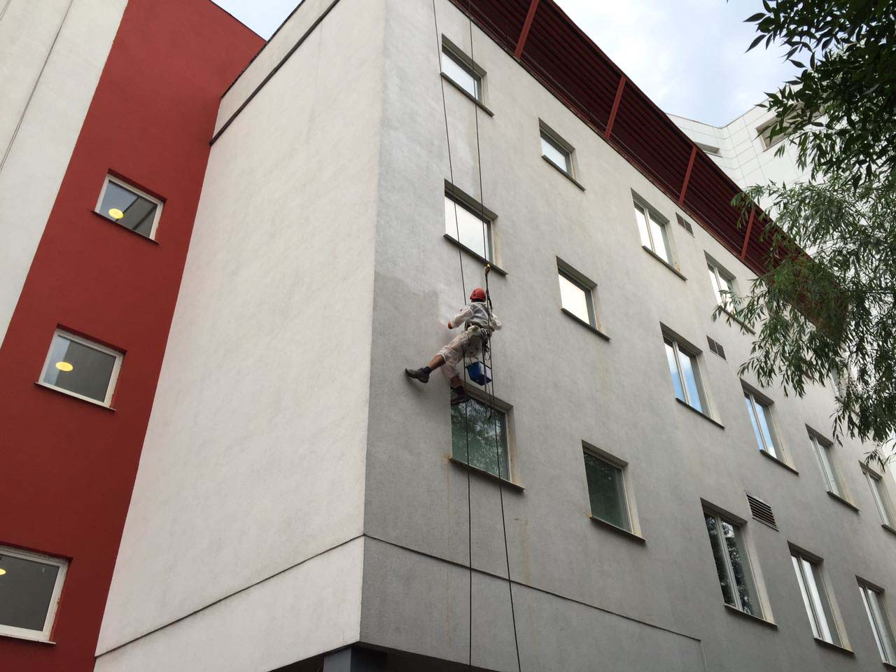 фасадная покраска альпинистами