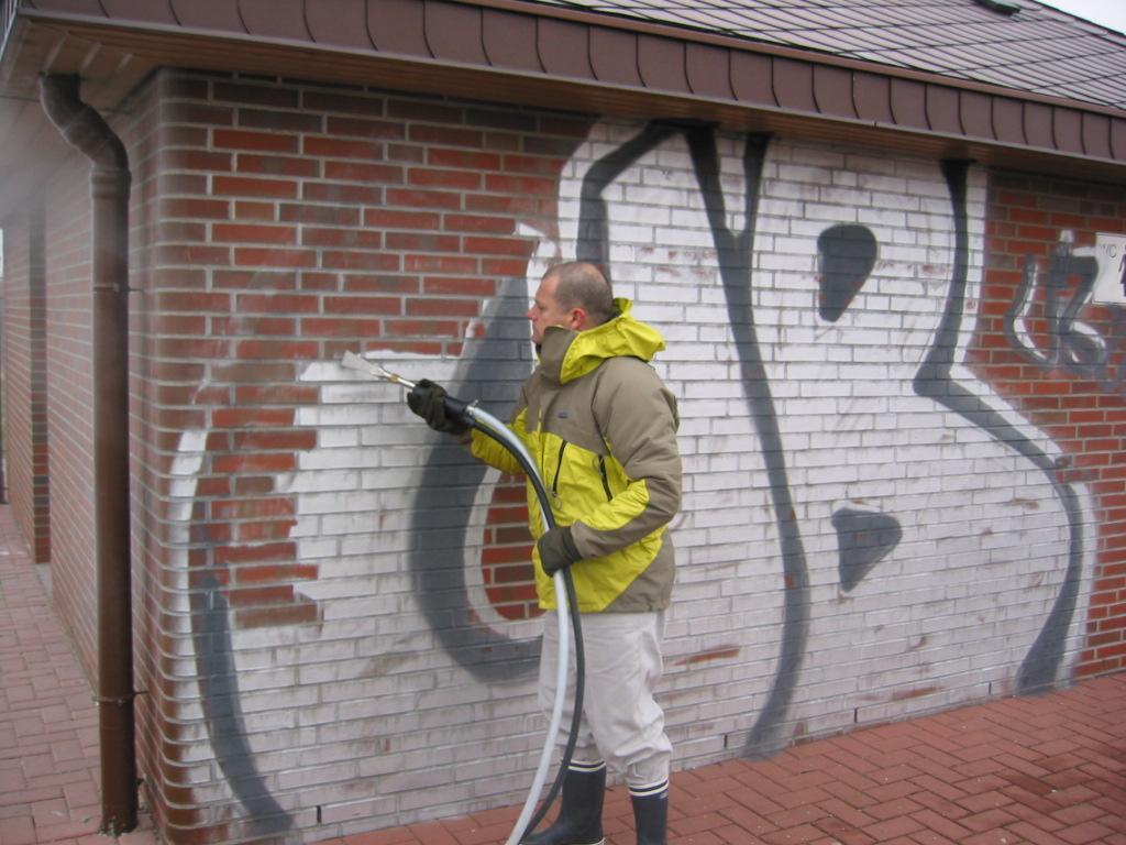 чистка фасада дома от граффити