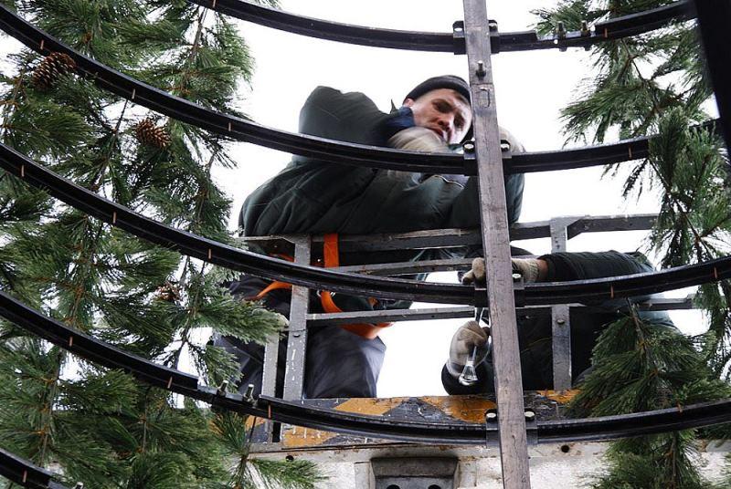 Монтаж каркасной елки альпинистами