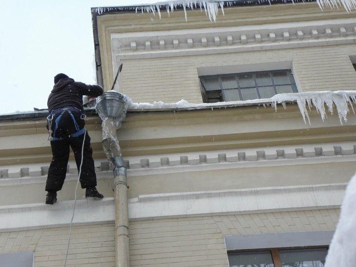 Чистка водостоков на крыше