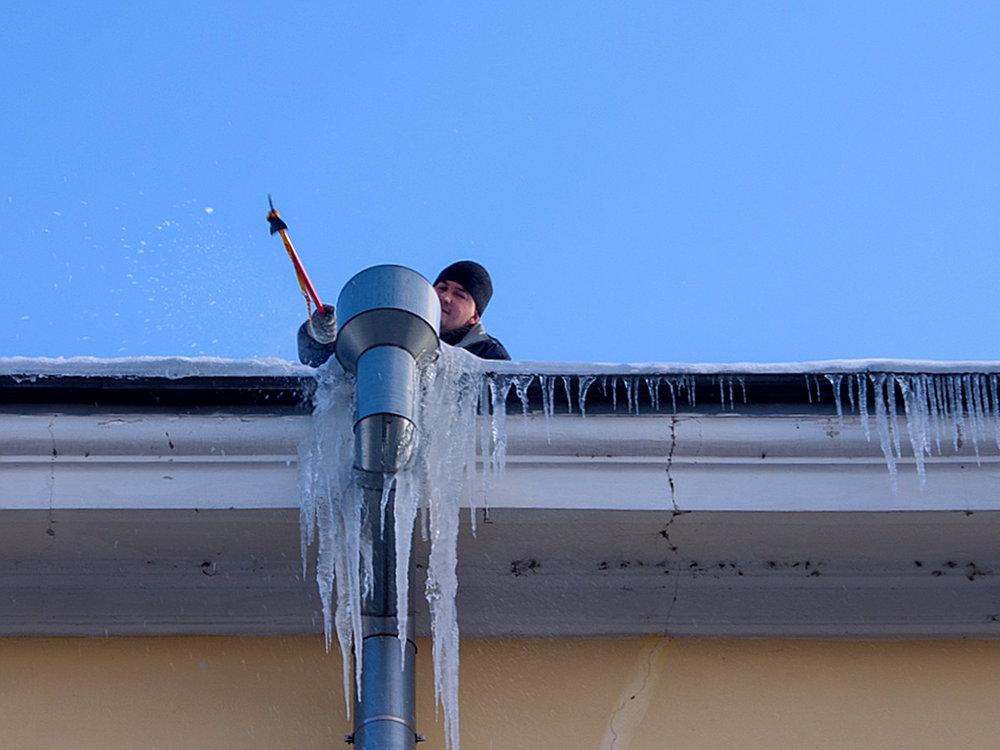 очистка желобов на крыше от  льда