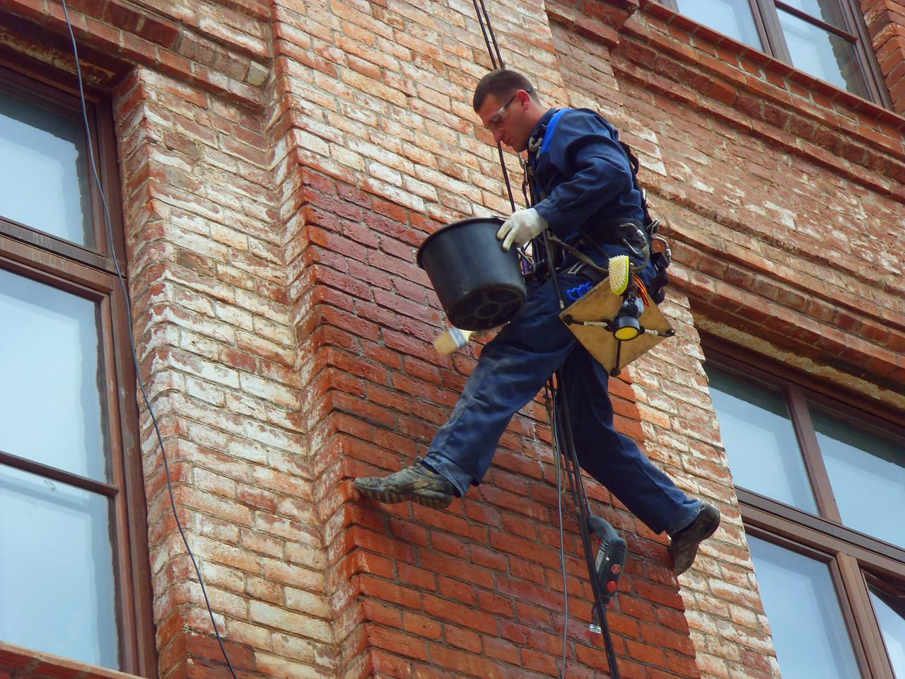 Очистка кирпичных стен от высолов