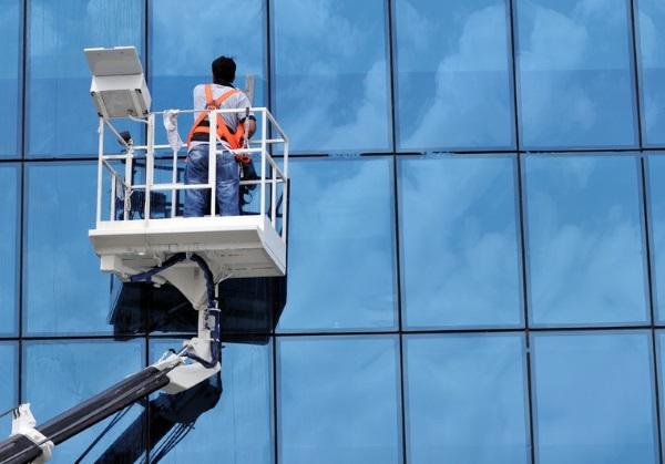 Мойка витрин фасадов зданий